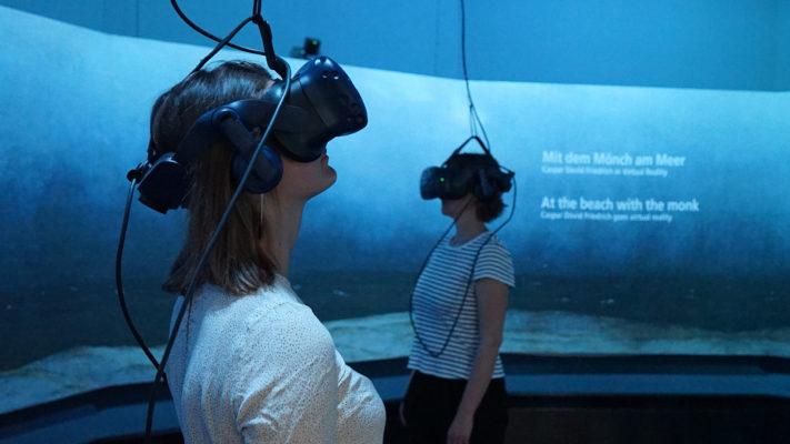 BesucherInnen in der VR-Installation Mit dem Mönch am Meer